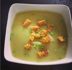 Gooi jij de schillen en uiteinden van jouw witte of groene asperges altijd weg? Zonde, want je kunt er een heerlijke aspergesoep van maken! Daarnaast benut je de producten zo optimaal. Als we hier asperges eten, maak ik altijd een soep van de schillen en uiteinden van de asperges. Meestal maak ik de soep op…