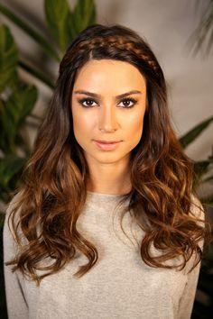 Tiara de tranças, cabelo solto e ondulado na Thaila Ayala para um look romântico.