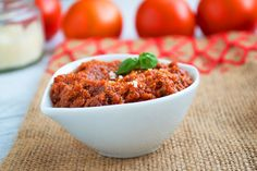 Eine selbstgemachte Pesto Rosso mit frischen Zutaten ist einfach zuzubereiten. Das leckere Saucen-Rezept für Pasta-Saucen.