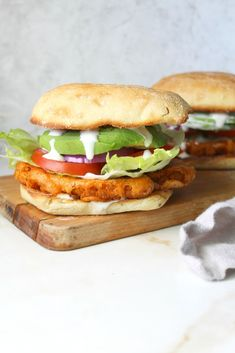 Dripping in flavor, crunch and spice, this is the Ultimate Vegan Buffalo Cauliflower Sandwich! Instructions for both baked and fried versions included. Cauliflower Burger, Vegan Buffalo Cauliflower, Spicy Cauliflower, Cauliflower Recipes, Vegetarian Recipes, Healthy Recipes, Vegan Meals, Vegan Food, Vegetarian Breakfast