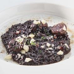 Risotto nero e castagne, polvere di liquirizia e crash di Grana Padano diIsamu Hirayama, chef del ristorante Daining di Kyoto.
