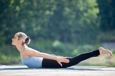 Abnehmen durch Yoga ist gesund, effektiv und perfekt für zuhause. Hier zeigen wir dir die 8 besten Yoga Übungen zum Abnehmen und erklären dir, warum diese Asanas den Fettabbau fördern. Yoga Poses For Sciatica, Yoga Poses For Back, Yoga For Back Pain, Fitness Workouts, Yoga Fitness, Beautiful Yoga Poses, Improve Mental Health, Calf Muscles, Yoga Flow