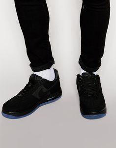 Turnschuhe von Nike Obermaterial aus Wildleder kontrastierende Stoffeinsätze gepolsterte Knöchelmanschette Schnürung vorne Markenlogo luftgepolsterte Sohle strukturiertes Profil mit geeignetem Pflegemittel behandeln 79% echtes Leder, 21% Textil