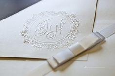 Detalhe do brasão dois noivos em relevo seco.