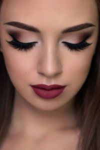 Rote Lippen, braune Augen, tolles Make-up. Rote Lippen, braune Augen, tolles Make-up . Smokey Eye Makeup, Eyeshadow Makeup, Makeup Brushes, Red Eyeliner, Makeup Remover, Wedding Makeup For Brown Eyes, Wedding Makeup Looks, Romantic Wedding Makeup, Hair Wedding