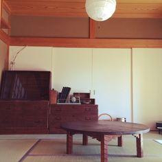 脚に施した彫りが美しいちゃぶ台。飴色の艶を帯びた古家具は、昔ながらの古民家風の和室にはもちろんぴったり。