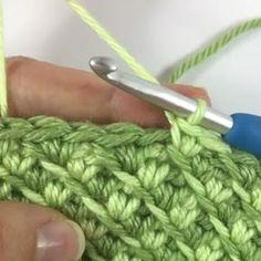 Boa tarde gente! Amo esse ponto, tanto no fio de malha como na linha normal. Lindo! Vídeo feito por ⬇ @nickishomemadecrafts #videoaula #crochet #pontosdecroche