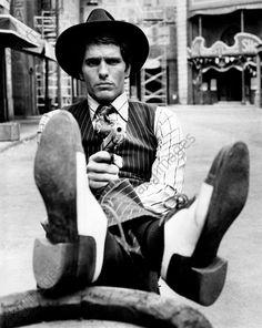 akg-images -Italian actor Giuliano Gemma posing holding a gun on the set of the film Charleston. Rome, 1974