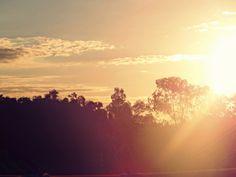 Via blog=E ai guria-Ontem estava mexendo nas minhas coisas quando encontro o cartão de memória da minha câmera, já fazia um ano que tinha perdido. Fui toda empolgada abrir ele no computador e relembrar alguns momentos. Fui vendo as fotos e cheguei a conclusão que amava tirar fotos no amanhecer e no entardecer(ainda amo), e aproveitava muuuito o sol.