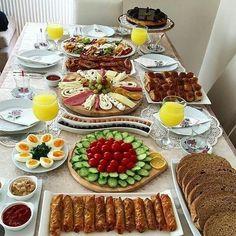 Breakfast Presentation, Food Presentation, Yummy Appetizers, Appetizer Recipes, Tapas, Breakfast Platter, Turkish Breakfast, Food Decoration, Food Platters