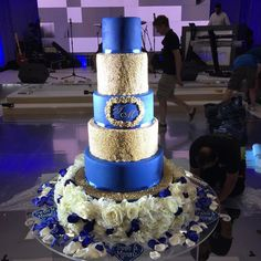 Another cake from the weekend, blue and gold theme, 5tier cake with a fresh flower base. #asianweddingcakes #sikhwedding #punjabiwedding #englishwedding #asianweddingcakes #uniqueweddingcakes #uniquecakes #cakedesign #uniquecakedesign #cakeart #tallcake #superiorcakes #luxuryweddingcakes #cake #weddingcake #weddingcakes #weddingdecor #Hangingcake #hangingweddingcake #suspendedcake #cremedelacakes #cakesofinstagram #hangingweddingcakes #suspendedweddingcake #suspendedweddingcakes…