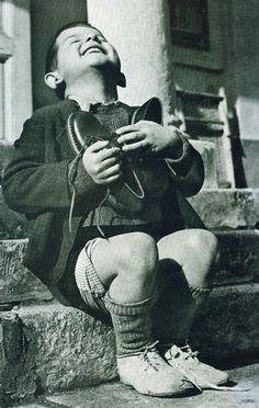 Oostenrijks jongetje dat nieuwe schoenen krijgt tijdens de Tweede Wereldoorlog