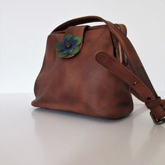Cross-body handbag in vintage leather with flower 🌸decoration. Stylish brown color and classic shape. Please check on necessities. Vintage Leather, Cross Body Handbags, Flower Decorations, Mother Day Gifts, Leather Handbags, Bucket Bag, Stylish, Brown, Classic
