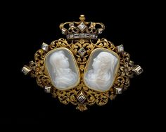 Gold jewel set with two onyx cameo busts of Louis XIII (1601-1643) and Anne of Austria (1601-1666) facing towards each other within a frame of acanthus leaves, interspersed with table-cut diamonds and surmounted by a Royal crown, similarly-set. French, 2nd half of the 17th century.