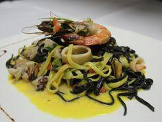 Tagliolini Bicolori ai Frutti di Mare e Salsa allo Zafferano.Bandnudeln mit Meeresfrüchte in Safransauce und Scampis