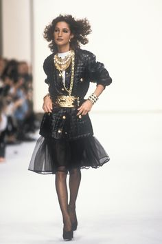 Chanel Fall 1991 Ready-to-Wear Fashion Show Collection: See the complete Chanel Fall 1991 Ready-to-Wear collection. Look 110 2000s Fashion, Chanel Fashion, Runway Fashion, Fashion Models, Fashion Show, Chanel Style, Women's Fashion, Ladies Fashion, High Fashion