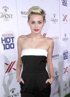 Miley Cyrus nice way to wear short hair for a occasion Miley Cyrus Short Hair, Miley Cyrus 2013, Short Hair Cuts, Short Hair Styles, Pixie Hairstyles, Pixie Haircuts, Cut Her Hair, Wedding Beauty, Beautiful People