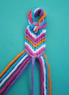 This would also make a great bookmark! Very good instructions! Found at – zakk… This would also make a great bookmark! Very good instructions! Found at – zakka life: How to Make an Oversized Friendship Bracelet Friendship Bracelets Tutorial, Diy Friendship Bracelets Patterns, Bracelet Tutorial, Macrame Tutorial, Bracelet Fil, Bracelet Crafts, Thread Bracelets, Macrame Bracelets, Friendship Bracelets