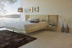 Dormitorio de 262 cm de ancho y 208 cm de largo. Se propone el contraste de acabados arena brillo y tapizados en ecopiel beig.