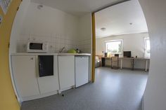 Exemple de cuisine d'un studio double, avec plaques de cuisson et réfrigérateur intégré. Maurice, Loft, Studio, Bed, Furniture, Home Decor, Stove Top Grill, Kitchens, Decoration Home