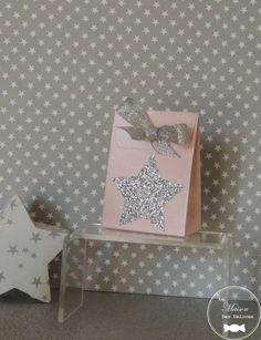 Ballotin mini pochon blanc nacré agrémenté d'une étoile argent. Parfait pour le baptême de votre enfant si vous avez choisi le thème des étoiles ou de la ''star' http://www.maison-des-delices.fr/contenants-a-dragees-couleur-blanc-953