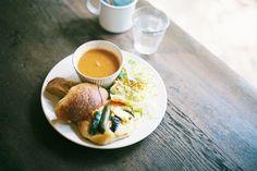 長年京都に暮らす地元の人の普段使いのカフェなど、京都通たちがおすすめする素敵なお店をご紹介。
