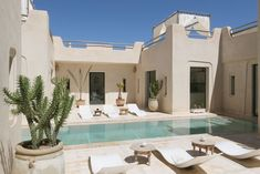 Villa à Marrakech, Maroc. De style résolument contemporain, cette superbe villa de 430 m2 est située en bordure de la célèbre Palmeraie de Marrakech, à environ 15 Kilomètres du centre ville et des golfs. Construite par une architecte dans le respect des traditions et de l...
