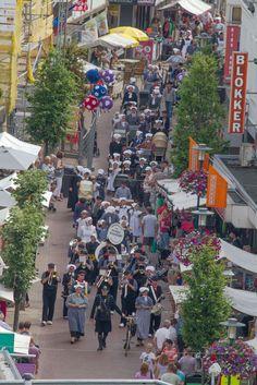 Tijdens de Oud Veluwse Markt wordt er iedere morgen om half 11 en iedere middag…