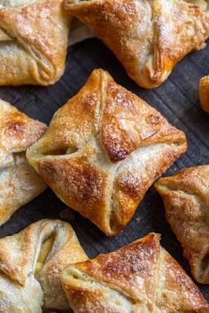 Quick Apple Turnovers (Only 5 Ingredients) - Momsdish Take a bite into these mouth-watering apple turnovers. They are delicately crunchy as you bite in, filled with a sweet, tart flavor of fresh apples and lightly topped with delicate flavor of sugar. Apple Cake Recipes, Apple Desserts, Tart Recipes, Dessert Recipes, Cooking Recipes, Pastries Recipes, Nutella Recipes, Homemade Pastries, Pie Dessert