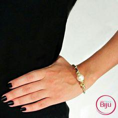 Pérolas  estão  super em alta! E hoje  trago essa  pulseira bracelete que  é  a coisa  mais  linda!  www.minhanovabiju.com.br  #minhanovabiju #acessoriosfemininos #acessorios #pulseiradeperola  #pulseirabracelete  #bijuterias #bijuteriasfinas #lojaonline  #modafeminina #modacasual #salvadorbahia  #enviamosparatodobrasil