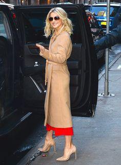 Julianne Hough, con abrigo camel Más