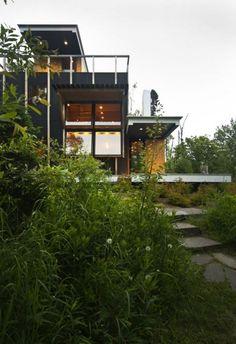 Haus am hang Glaswände öffenbar Scheibe-Wand Holz-Deck Terrasse-Dach gepflastert