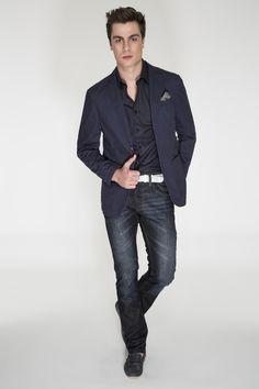 Camisa e blazer azul marinho, calça jeans, cinto de couro em tressê branco e mocassim preto (acervo). Moderno e sofisticado.