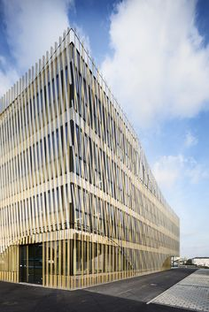 peripheriques marin trottin architectes designs an office building in laval