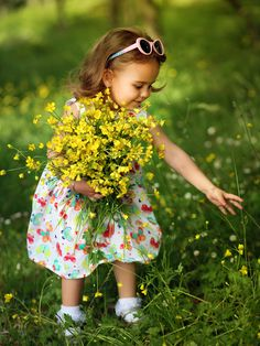 Picking flowers for mama! Cool Baby, Baby Kind, Little People, Little Ones, Little Girls, Precious Children, Beautiful Children, Cute Kids, Cute Babies