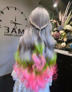 Penteado com os cabelos cinza, verde e rosa.