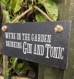 Schöne Gin Zitat aus wetterfestem Vinyl (ideal für den Garten) und handgeschliffenes Schiefer angewendet. Geeignet für den Einsatz im Freien und ein ideales Geschenk für diejenigen, die gerne ihre Gin und Tonic im Garten mit Freunden zu genießen  Das perfekte Geschenk für jemanden, der