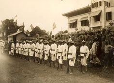 Les photos du Vietnam de 1925 à 1930 de M. Raymond CHAGNEAU: Préparation d'un défilé