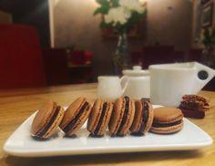 Macaron francesi al cioccolato fondente e Nutella!  French macarons with dark chocolate and Nutella ganache!  #parlobistro #pasticceria #macarons #cioccolato #nutella #chocolate #nutellafordays #ilovechocolate #pastrychef #sundayfunday #yummy #yummyfood #foodporn #chocolateporn #freshlybaked #homemade #fattoincasa #coffeebreak #pausacaffe