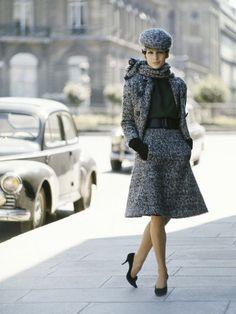 French Fashion Tips Christian Dior - Paris 1961 - Photo Mark Shaw.French Fashion Tips Christian Dior - Paris 1961 - Photo Mark Shaw Retro Mode, Vintage Mode, Vintage Dior, Vintage Couture, Vintage Dresses, Vintage Outfits, Vintage Style, 1960s Fashion, Korean Fashion