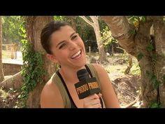 en esta imagen vemos a la actriz Maria Fernanda Yepes aparentemente dando una entrevista rodeada de un hermoso bosque mas conocida por su actuacion en la telenovela Rosario Tigeras