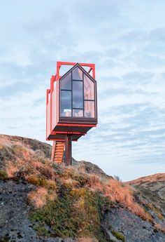 In the far north of Norway on a small island in the Fleinvær Archipelago within the Arctic Circle the composer and musician Håvard Lund has created a retreat for artists and vacationers. Floating Architecture, Amazing Architecture, Modern Architecture, Small Buildings, Beautiful Buildings, Casas Country, Cabana, Tiny House Cabin, Unusual Homes