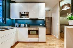 M&R C. - Rencontre un Archi. Cuisine blanche et bleue, penser au bleu canard en décoration pour relever une cuisine basique. Le contraste rend l'espace très original et moderne.