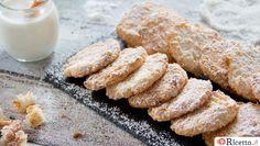 I biscotti al cocco sono ideali per una colazione o una merenda all'insegna del gusto e della semplicità. Con soli tre albumi, un po' di zucchero e la farina di cocco possiamo preparare dei dolcetti profumati e friabili: una vera gioia per il palato dei nostri bambini e non solo. Per imparare a preparare i biscotti al cocco, non perd