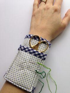 sintiendo Stitchy: Thimblenest jueves: Tutorial para un bordado de tijera Muñequera