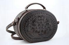 Sensacional costurero,hecho de cuero repujado. Ver más...  http://www.trajesdeluces.com/es/moda-y-complementos/bolsos/85-costurero-ii.html