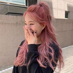 영롱한 색감으로 '겨울 여신' 등극할 수 있는 로맨틱 '핑크 브라운' 염색 Hair Color Streaks, Hair Color Purple, Hair Dye Colors, Hair Highlights, Light Pink Hair, Pastel Pink Hair, Lip Colors, Kpop Hair Color, Korean Hair Color