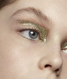 oystermag: Channel Cleopatra with this geographic gold eye.Photo: Holly Blake