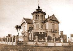 Villa Margarita construida en el año 1891, de la Flia Zamboni, en Av Colon y Alvear, uno de los primeros Chalets en la loma. La construcción con torre de la derecha es la cochera que todavia existe . Enviada por Enrique Mario Palacio.