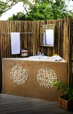 wooden enclosure for the shower area with a drift wood look? Villas, Yurt Living, Camping Glamping, Camping Ideas, Hut House, Jungle House, Spa Interior, Adobe House, Outdoor Bathrooms